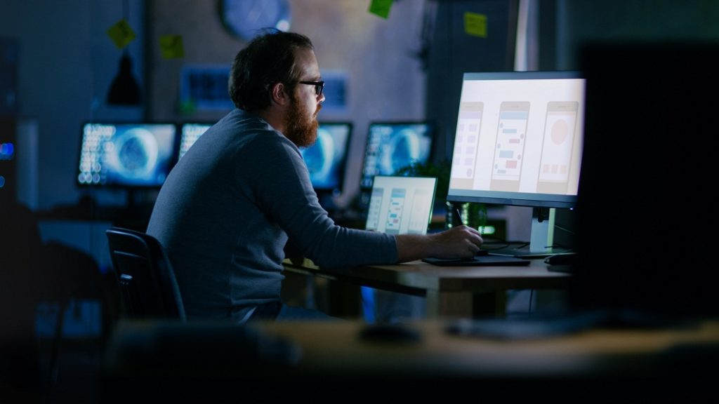 IT person operating User Experience Management Software